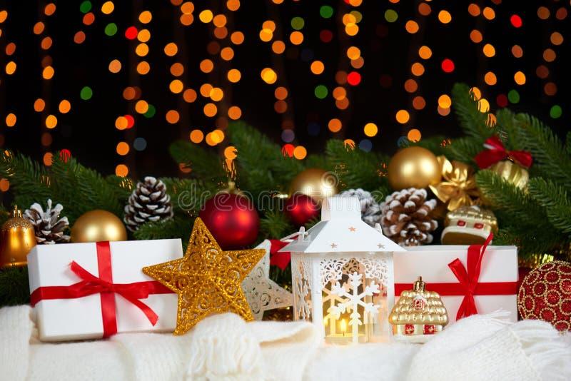 Décoration de Noël sur la fourrure blanche avec le plan rapproché de branche d'arbre de sapin, les cadeaux, la boule de Noël, le  photographie stock