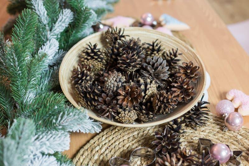 Décoration de Noël sur le fond en bois clair images stock