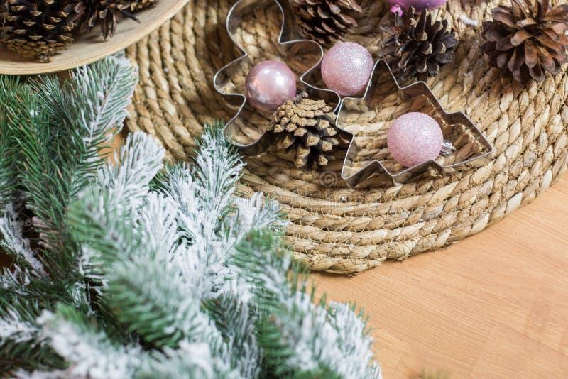 Décoration de Noël sur le fond en bois clair photographie stock libre de droits