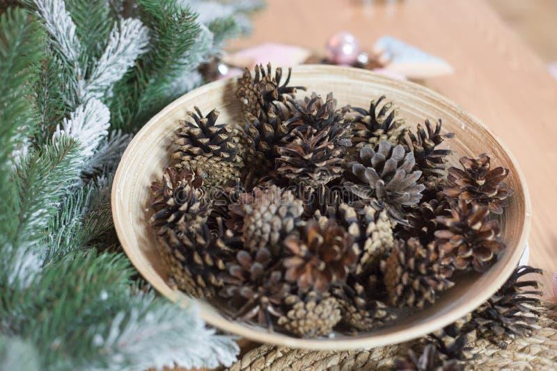 Décoration de Noël sur le fond en bois clair Arbre de vacances de Noël avec des décorations photographie stock libre de droits