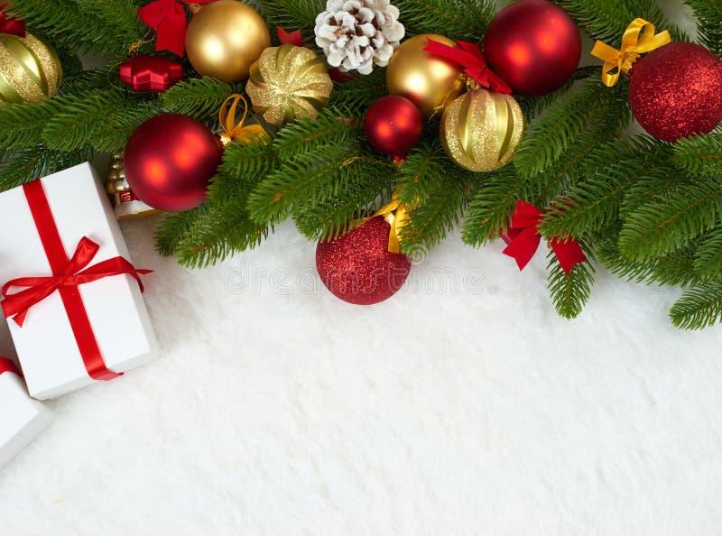 Décoration de Noël sur le plan rapproché de branche d'arbre de sapin, les cadeaux, la boule de Noël, le cône et tout autre objet  photos libres de droits