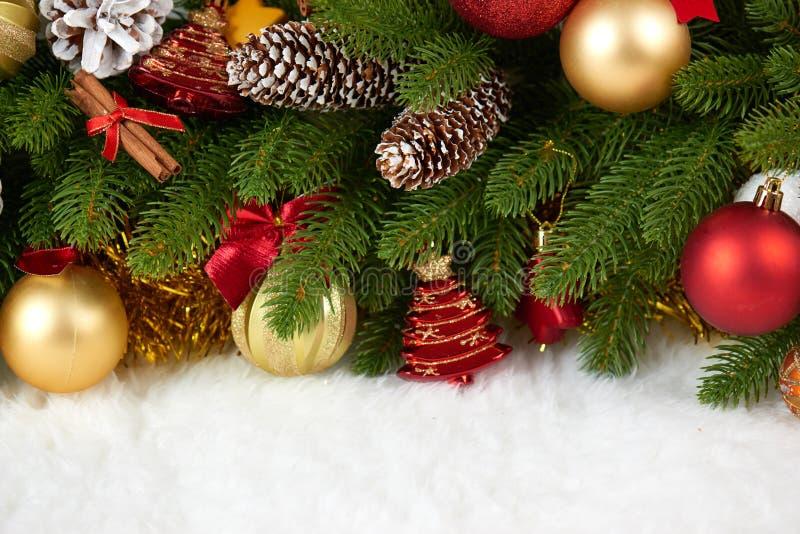 Décoration de Noël sur le plan rapproché de branche d'arbre de sapin, les cadeaux, la boule de Noël, le cône et tout autre objet  photographie stock libre de droits