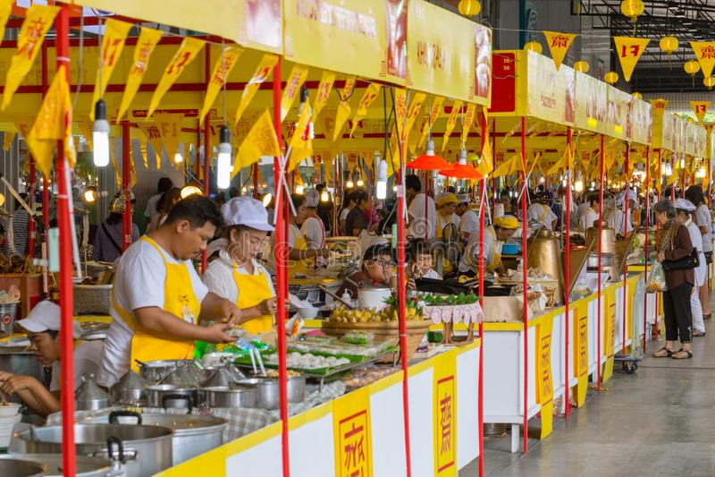 Décoration de nourriture de rue de Bangkok Chine de thani de lanière de Muang avec le drapeau jaune dans le festival végétarien image libre de droits