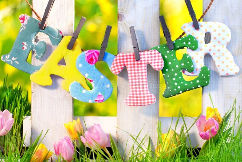 Décoration de Pâques à la maison dans le jardin photo stock