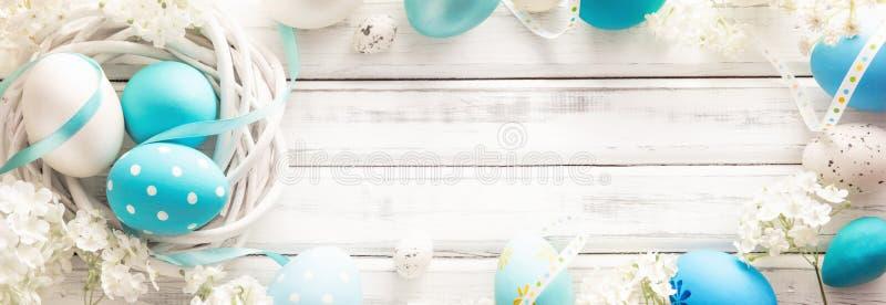 Décoration de Pâques avec des oeufs et des fleurs photo libre de droits