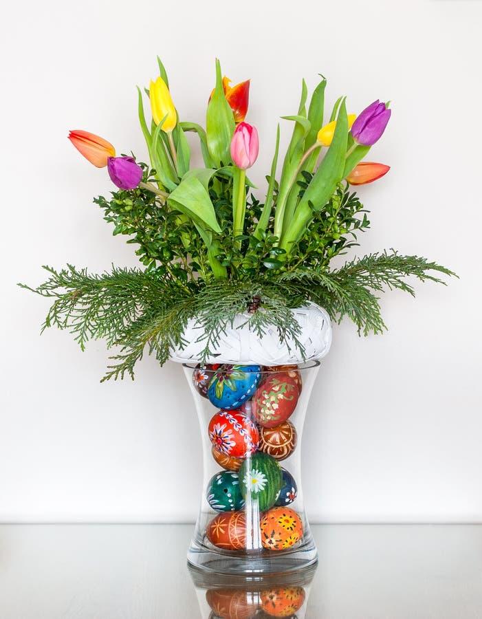 Décoration de Pâques avec les oeufs de pâques peints à la main photos libres de droits