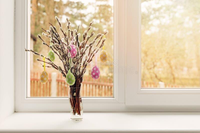 Décoration de Pâques - les oeufs accrochant dans le saule de chat s'embranche photo stock