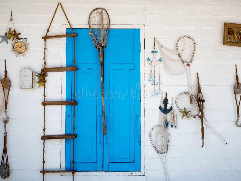 Décoration de pêche de plage dans un mur blanc photos stock