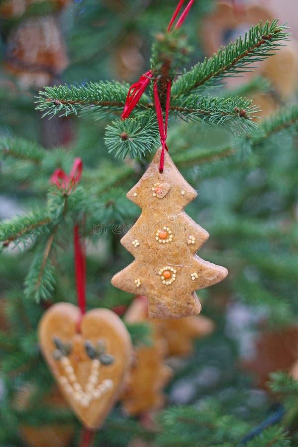 Décoration de pain d'épice sur l'arbre de Noël image stock