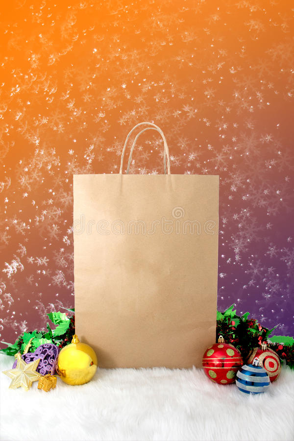 Décoration de papier de Noël de paniers avec des boules et des étoiles sur le fond de vintage de bokeh de neige photos stock