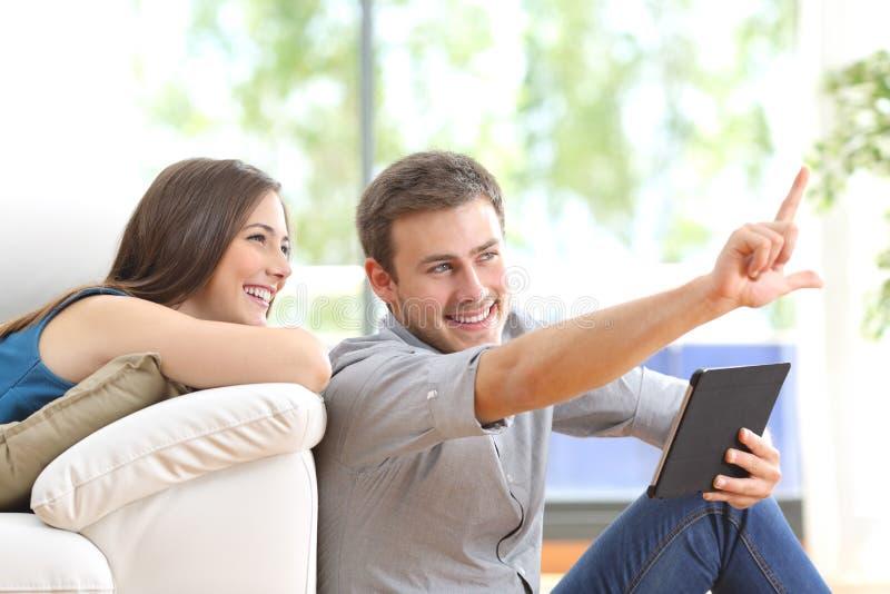 Décoration de planification de couples à la maison photo stock