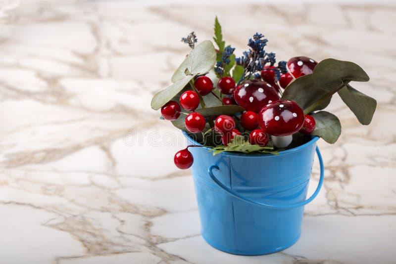 Décoration de pot de fleurs avec la plante verte et les fleurs naturelles et les champignons artificiels sur la table photos stock