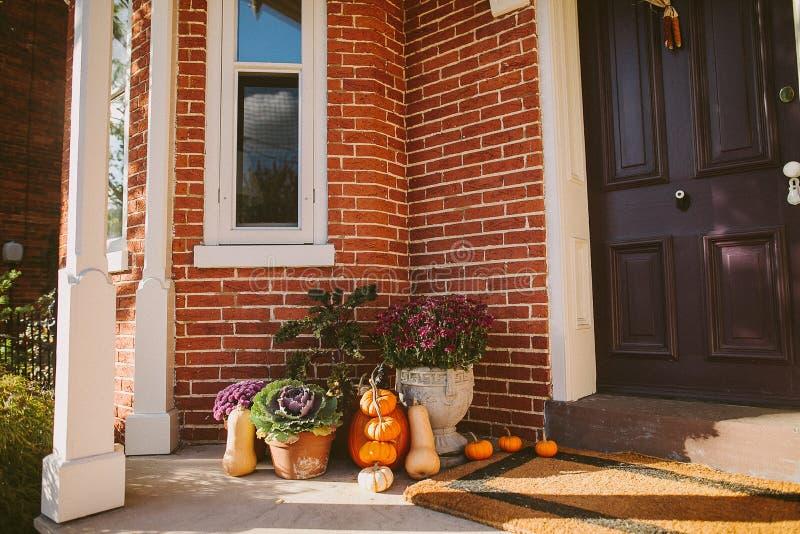 Décoration de potiron près de porte en dehors d'une maison image stock