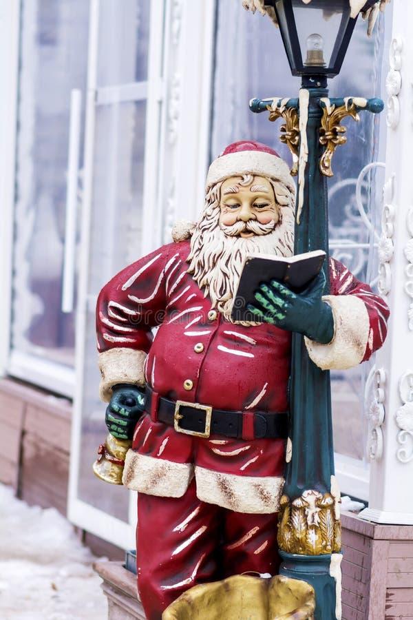Décoration de rue de Noël avec lire Santa Claus photo stock