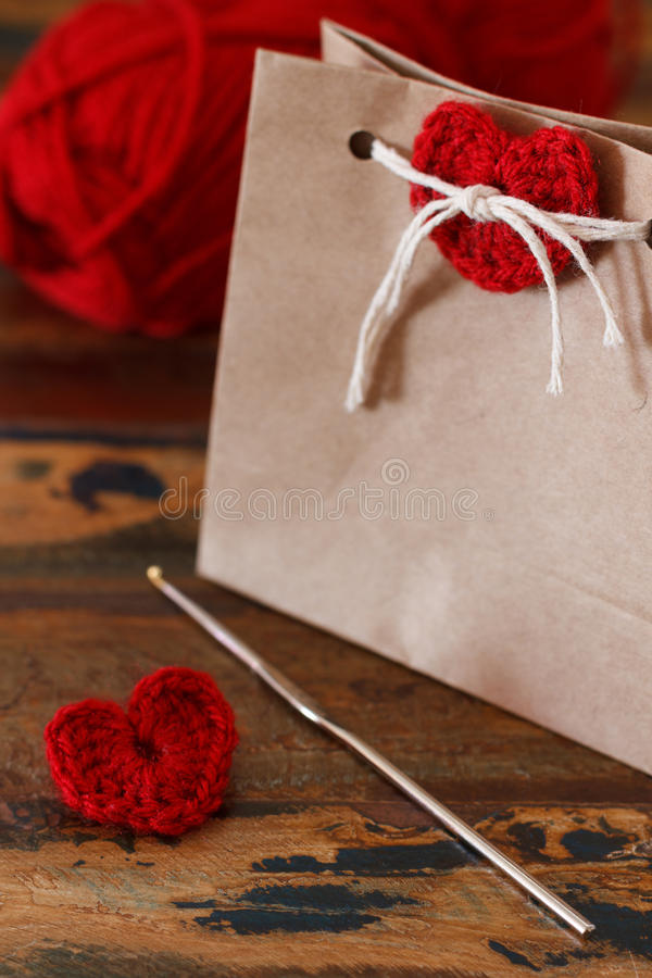 Décoration de Saint-Valentin de saint : coeur rouge de crochet fait main pour images stock