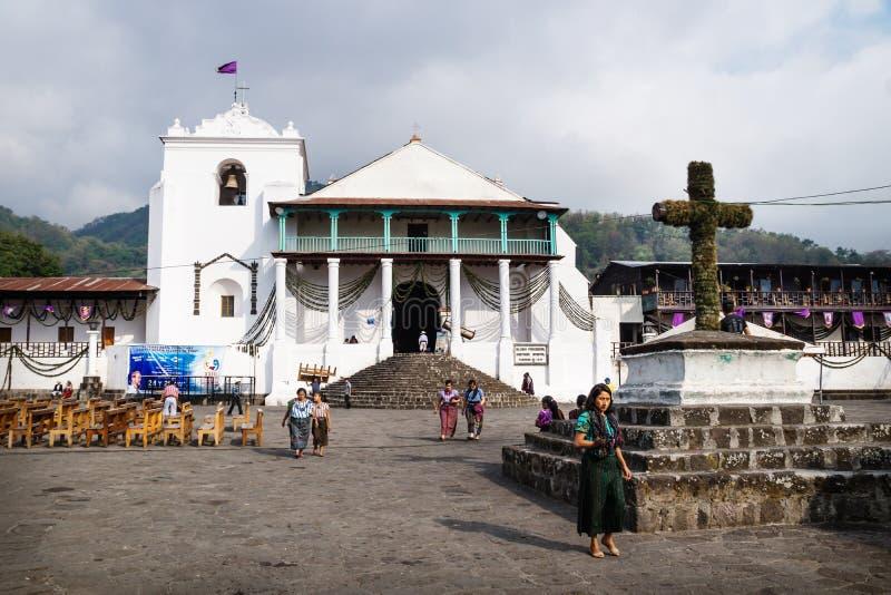 Décoration de Semana Santa et préparation de cortège chez Saint James l'église d'Apostel, Santiago Atitlan, Guatemala photographie stock libre de droits