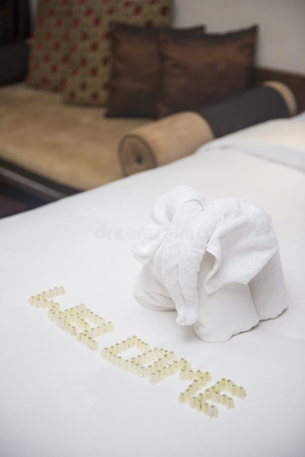 Décoration de serviette sur le lit dans la chambre images stock