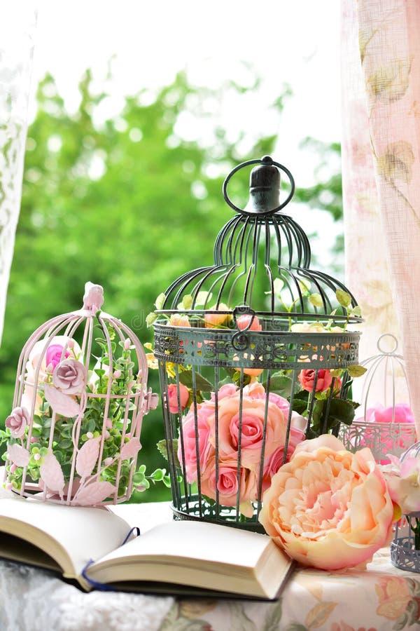Décoration de style de vintage avec le journal intime et les cages à oiseaux image libre de droits