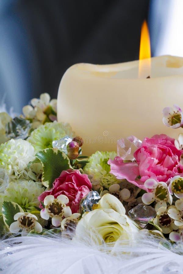 Décoration de table de mariage avec la bougie et les belles fleurs photos stock