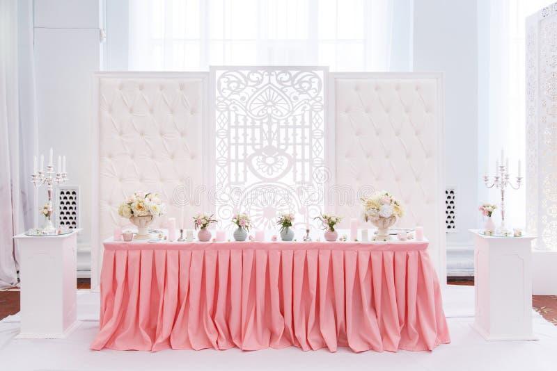 Décoration de table de mariage avec le textile rose tendre photos libres de droits