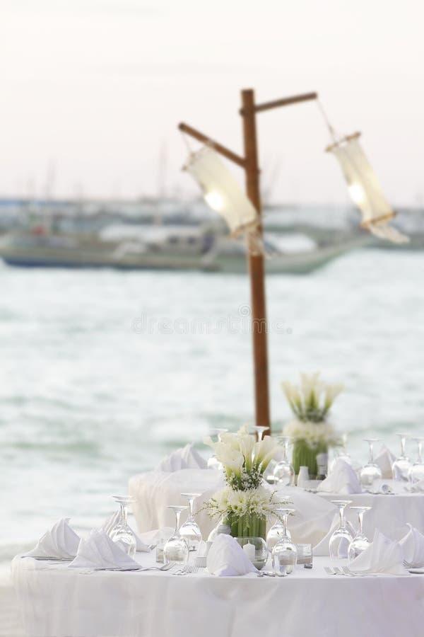 Décoration de table de mariage dans le restaurnat sur la plage photo libre de droits