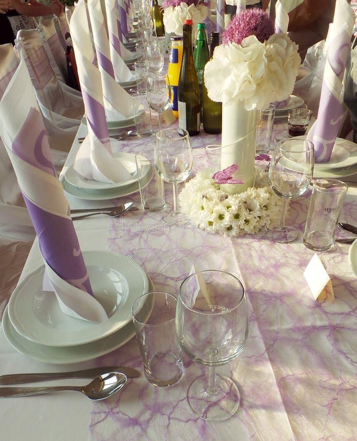 Décoration de table de mariage avec les plats et le bouquet de fleur photographie stock libre de droits