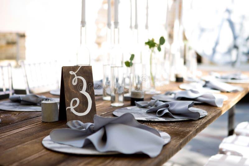 Décoration de table de mariage Comprimés de mariage sur la table Tableau numéro trois Textiles de mariage sur la table photo stock
