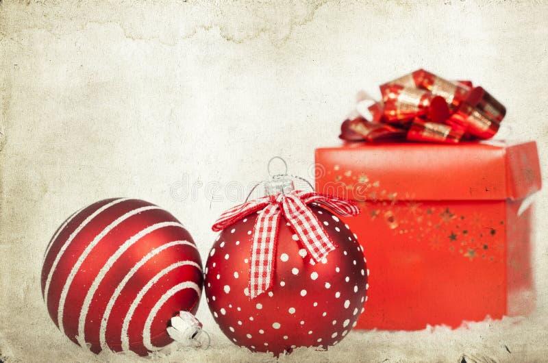 Décoration de vintage avec les boules rouges de Noël photo libre de droits