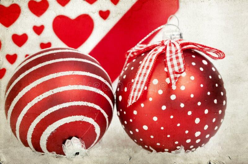Décoration de vintage avec les boules rouges de Noël image stock
