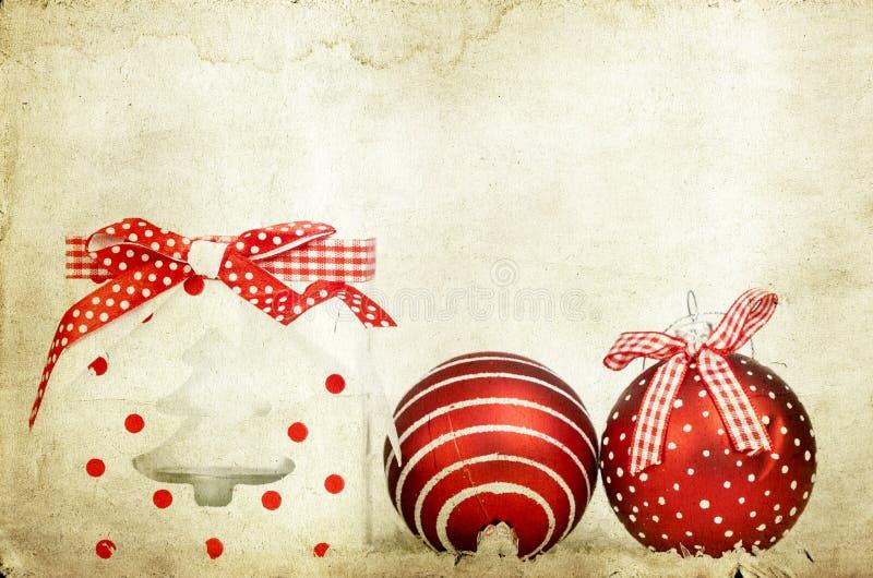 Décoration de vintage avec les boules rouges de Noël images stock