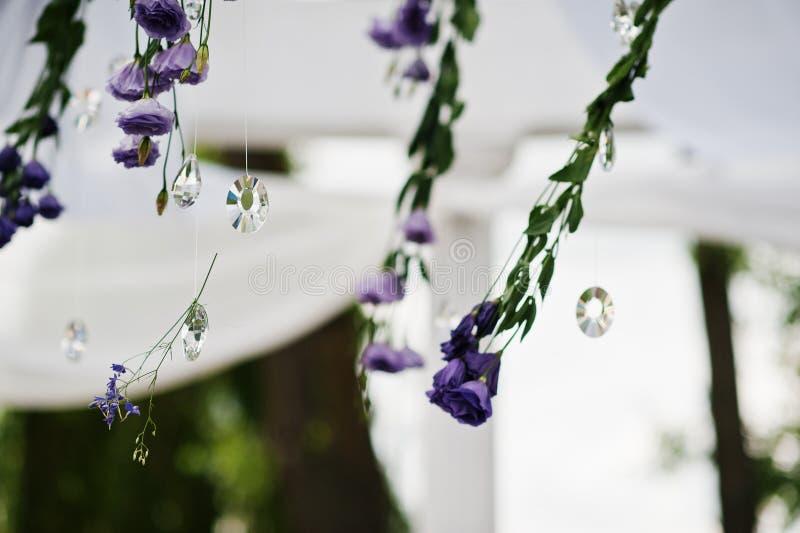 Décoration de voûte de mariage avec les fleurs et les Di violets et pourpres image libre de droits
