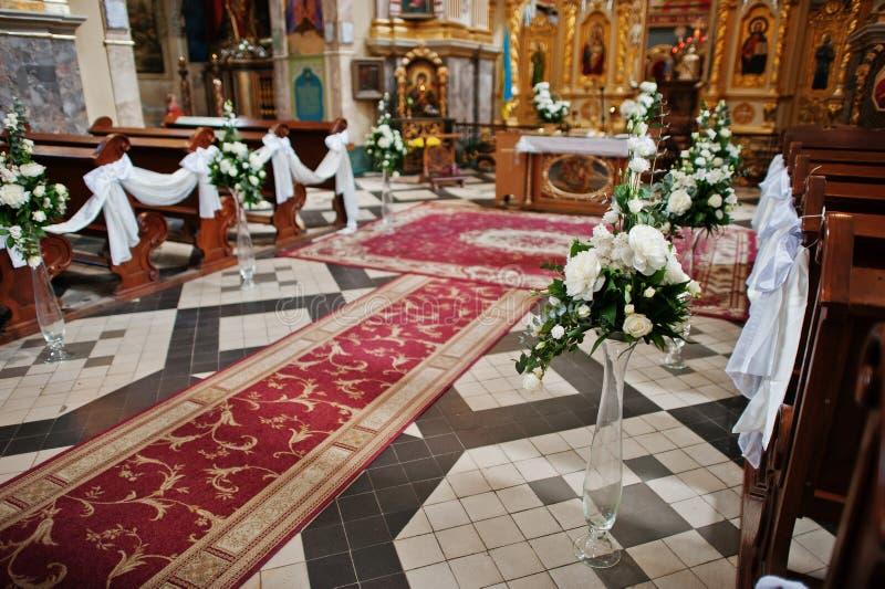 Décoration des fleurs sur des vases à l'église sur la cérémonie de mariage photographie stock