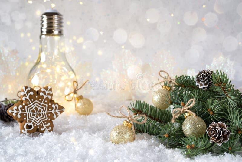 Décoration du ` s de nouvelle année La branche d'arbre de Noël avec des boules sur le fond de neige et la belle lampe s'allument  images stock