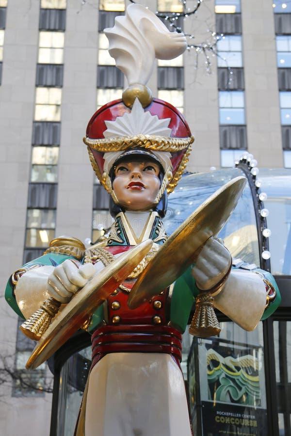 Décoration en bois de Noël de cymbales d'accident de soldat de jouet au centre de Rockefeller dans Midtown Manhattan image stock