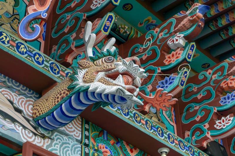 Décoration en bois de tête de dragon du feu au-dessus de l'extérieur du hall principal de l'ermitage de Gujoel Pokpoam dans la vi photographie stock libre de droits