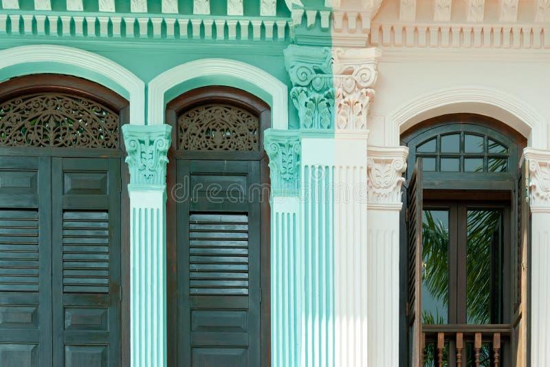Décoration en bois sur la maison coloniale à Singapour photo stock