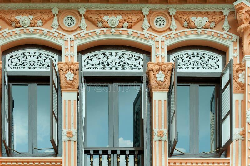 Décoration en bois sur la maison coloniale à Singapour photographie stock libre de droits