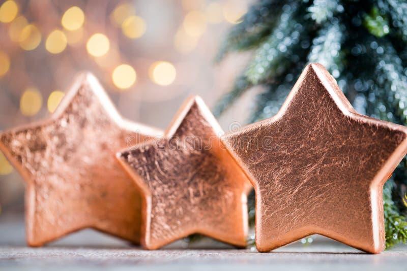 Décoration en bronze de Noël Bronze de décorations de vacances sur le bokeh photos stock