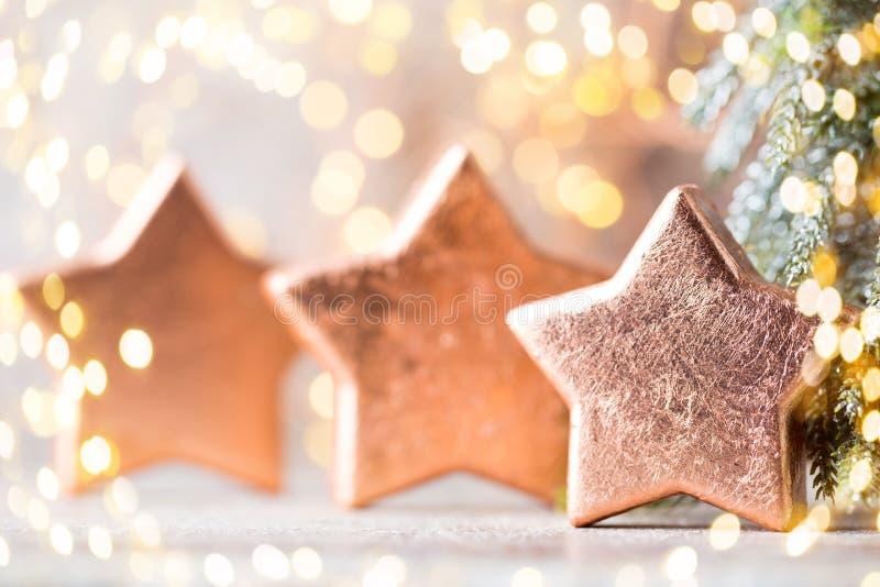 Décoration en bronze de Noël Bronze de décorations de vacances sur le bokeh photo libre de droits