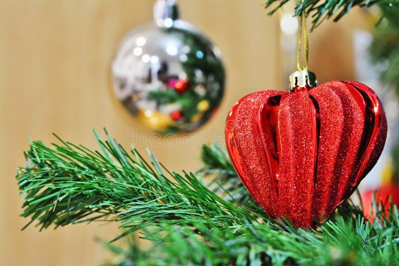 Décoration en forme de coeur rouge de Noël sur l'arbre de Noël photo stock