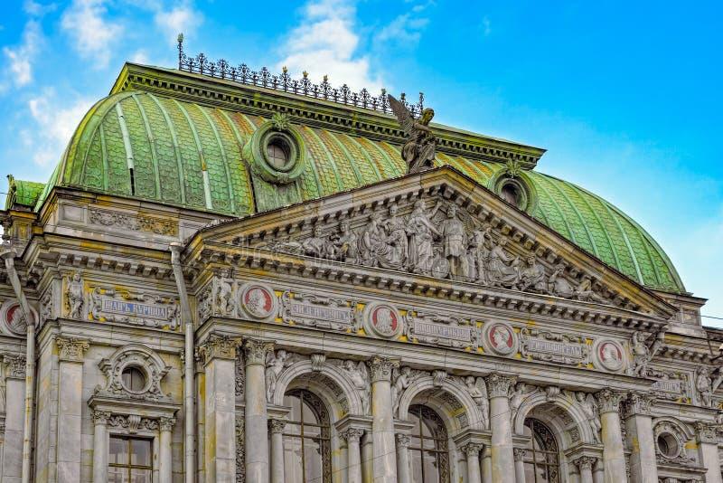 Décoration en haut relief sur la façade du bâtiment antique dans l'architec photographie stock