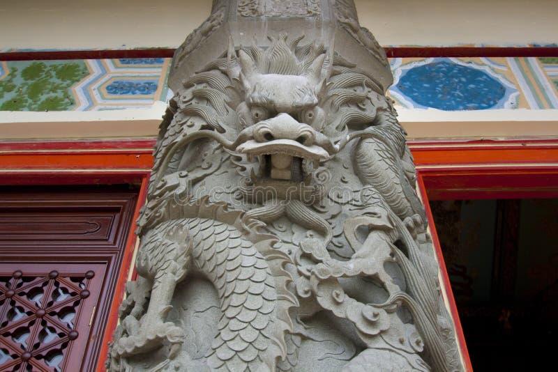 Décoration en pierre de colonne de dragon sur PO Lin Monastery images libres de droits