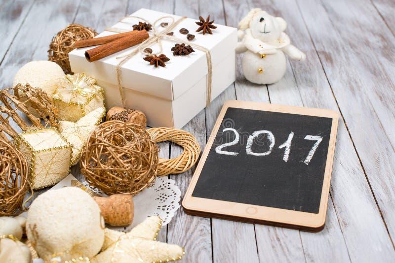 Décoration et boîte-cadeau de Noël au-dessus de fond en bois Concept de vacances d'hiver 2017 sur le comprimé L'espace pour le te photographie stock