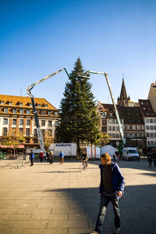 Décoration et installation d'arbre de Noël à Strasbourg central image stock
