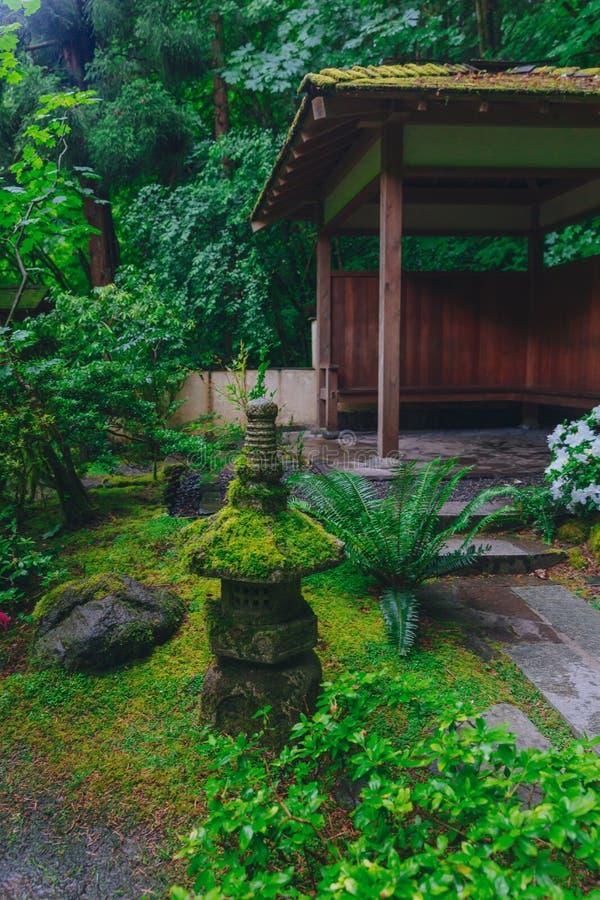 Décoration et maison de pagoda parmi des arbres au jardin japonais de Portland, Portland, Etats-Unis photos stock