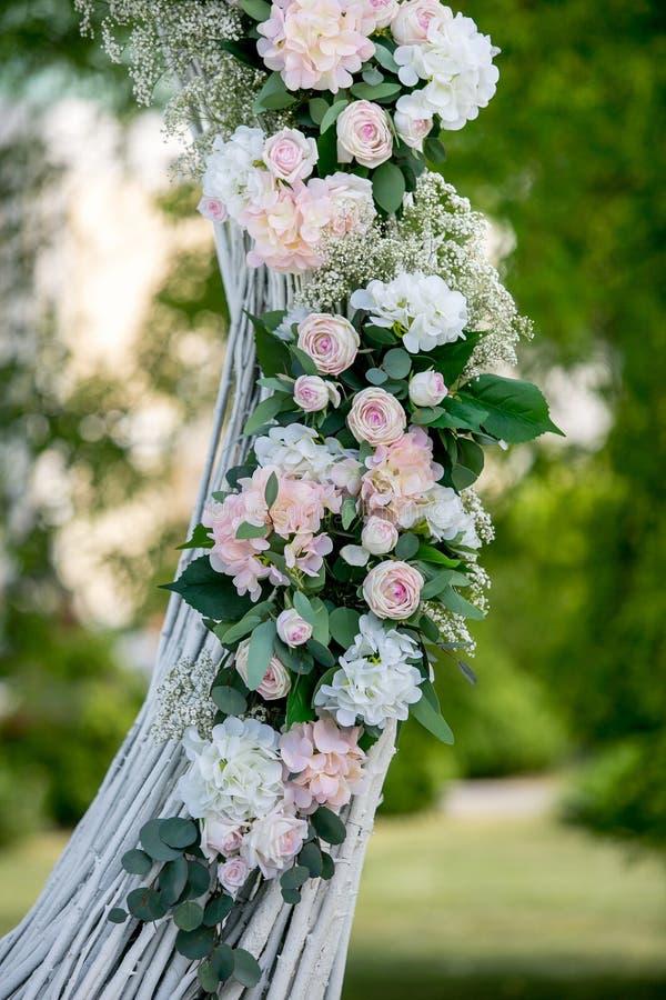 Décoration extérieure de cérémonie l'épousant d'été Décoration des roses blanches, des hortensias et du gypsophila sur la voûte p image stock