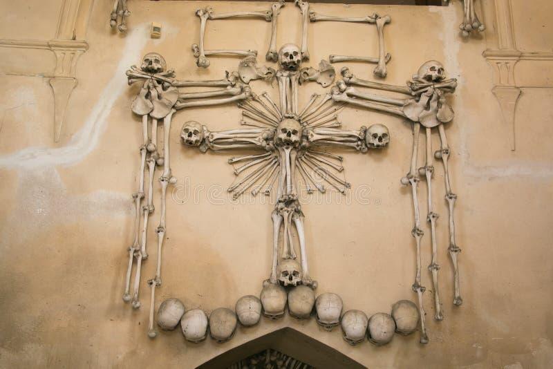 Décoration faite d'os et crânes humains dans l'ossuaire de Sedlec près de Kutna Hora photo stock