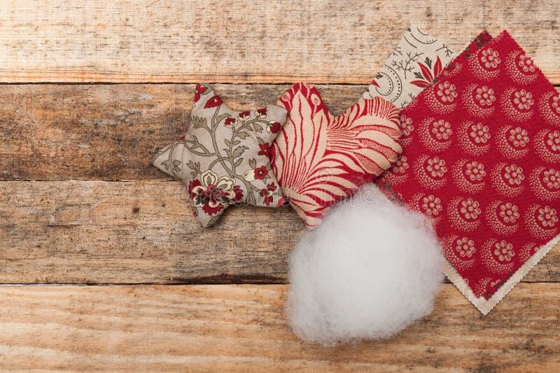 Décoration faite main, étoile et coeur de Noël faits en tissu images stock