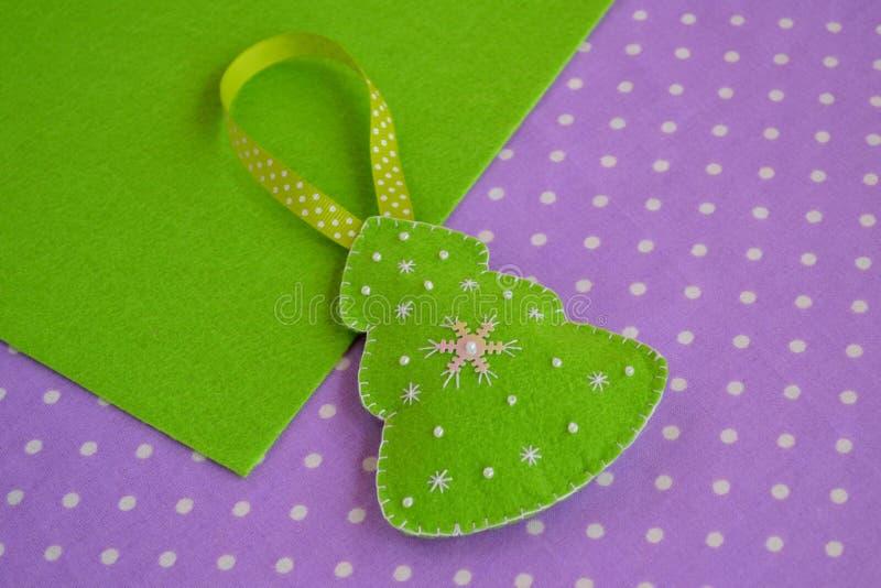 Décoration faite main d'arbre de Noël de feutre Métiers faits main d'enfants Décorations de Noël photo stock
