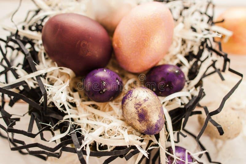 Décoration faite main de Pâques Oeufs peints dans le nid image stock